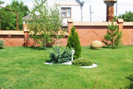 Озелененный участок загородного дома